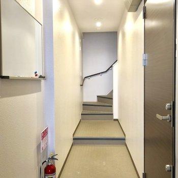 共用廊下!ホワイトボードがあってお知らせが貼ってあります。