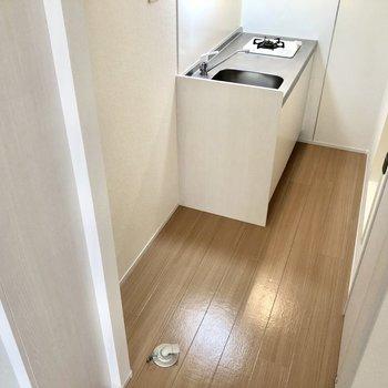 キッチン横に冷蔵庫、洗濯機が並びます※写真は通電前のものです