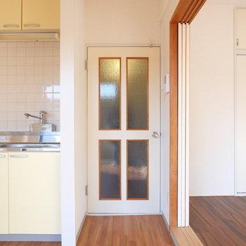レトロな扉ですね※写真は4階の同間取り別部屋のものです