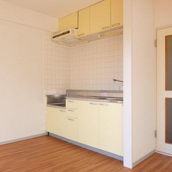 キッチンのあわーい黄色※写真は4階の同間取り別部屋のものです