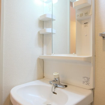 洗面祭は少し小さめのものです※写真は4階の同間取り別部屋のものです