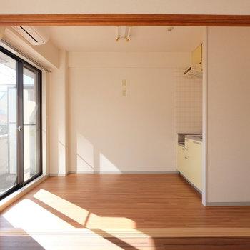 白×茶色いい感じ※写真は4階の同間取り別部屋のものです