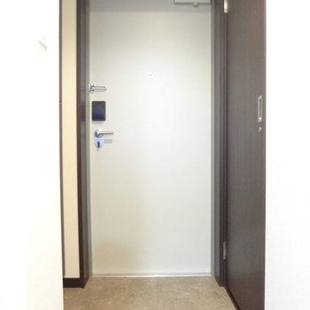 玄関はすっきりと。(※写真は13階の反転間取り別部屋のものです)