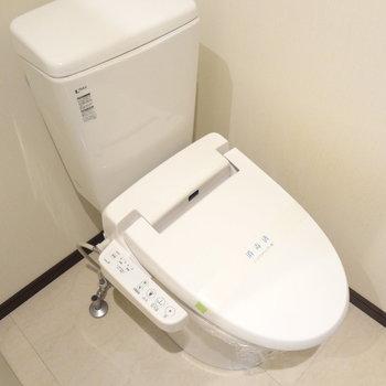 トイレはもちろんウォシュレット付きです。(※写真は13階の反転間取り別部屋のものです)