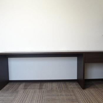 机も備え付け。(※写真は13階の反転間取り別部屋のものです)