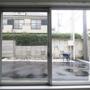 こちらは洋室側の窓、駐車場の地上より少し下がった位置になります。※写真は前回募集時のものです。