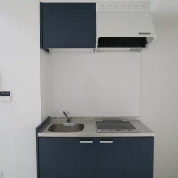ブルーの2口IHキッチン※写真は前回募集時のものです。