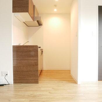 キッチンは半個室※写真は別部屋のものです。