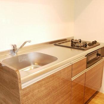 艶のあるブラウンのキッチン※写真は別部屋のものです。