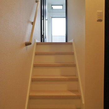 玄関からリビングへ続く階段!
