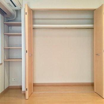 大きなクローゼットと収納棚。ふたり分は入るねっ(LDK)※写真は前回募集時のものです