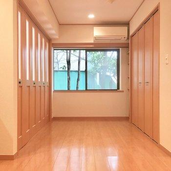 まずはLDK!左の折戸が4.5帖洋室です。右手には・・(LDK)※写真は前回募集時のものです