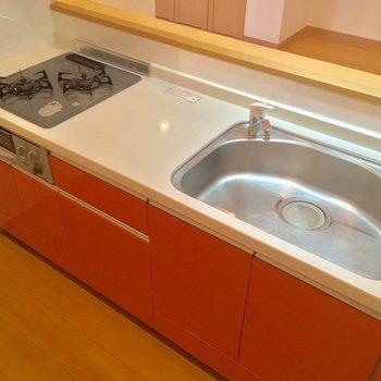 ピンクグレープフルーツみたいなキッチン。便利な2口ガスコンロ+グリル付き◎(LDK)※写真は前回募集時のものです