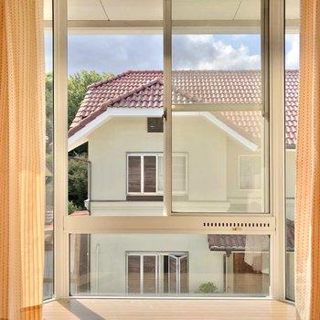 出窓に何を飾ろうかなって考えるのも楽しいです。(※写真のカーテンは見本です)