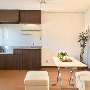 キッチンが壁付けなので、家具の配置がしやすいですよ。(※写真の家具・小物は見本です)