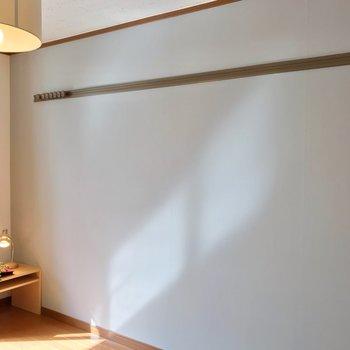 壁にはフックが付いているので、カバンなどを掛けられますよ。(※写真の家具・小物は見本です)