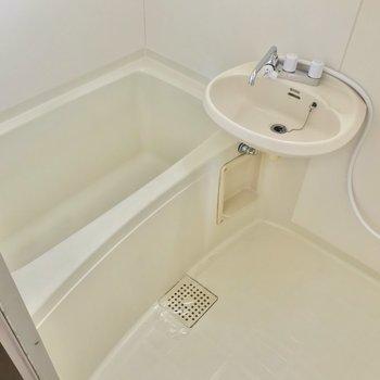 お風呂は2点ユニット。1人ずつ入りたい広さです。