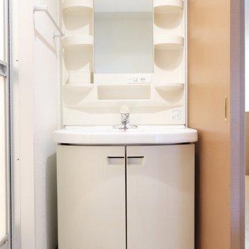 洗面台はころんと丸い形がかわいらしい。(※写真は7階の反転間取り角部屋のものです)