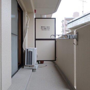 バルコニーは2部屋分なのでとってもゆったり◎(※写真は7階の反転間取り角部屋のものです)