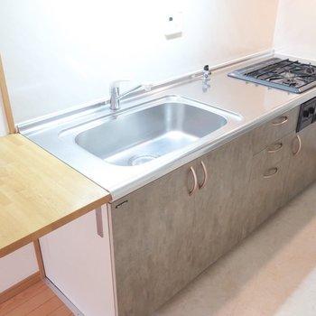 キッチンにはさりげなく天板も。盛り付けもここで出来ちゃう!(※写真は7階の反転間取り角部屋のものです)