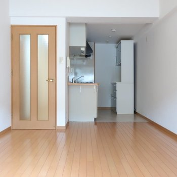 奥にキッチンがある分、お部屋は広く見えます◎(※写真は7階の反転間取り角部屋のものです)