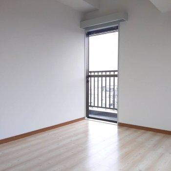 【北西側洋室】バルコニーへのドアもありますよ。