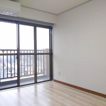【南東側洋室】こちらにも大きな窓があって日差したっぷり。