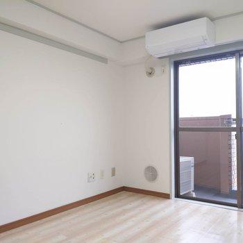 【南東側洋室】バルコニーには洗濯物を干しに行って。