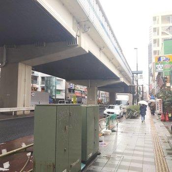 駅周辺は様々な飲食店がずらり。