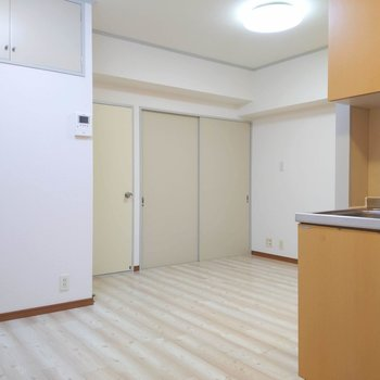 【LDK】角を上手く利用してスペースを上手く仕切るときれいな空間になりそう。