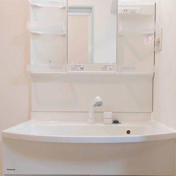 洗面台は収納たっぷりコンセント付きで朝の準備も楽々。