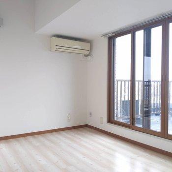 【北西側洋室】こちらのお部屋もシンプルな形です。