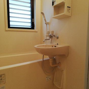 お風呂は2点ユニットですが小窓あり!