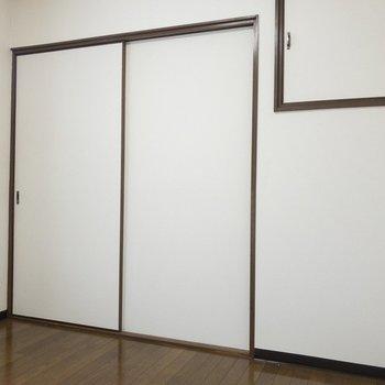 【洋室4.5帖】右の小さい四角は......