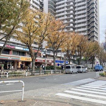 駅前にはコンビニやお弁当屋さんなどお店が並んでいます