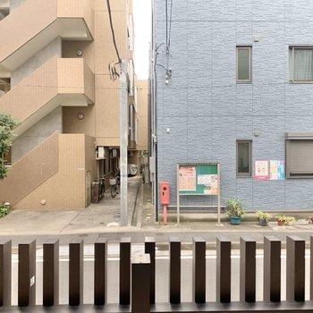 窓からは周辺の住宅が見えます