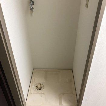 玄関入って左に洗濯機がありますよ。