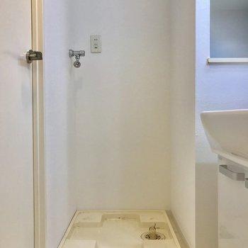 洗面台脇に、洗濯機置き場※写真は物件改装工事中のものです