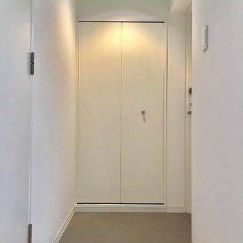 玄関は、落ち着いたブラウンです※写真は物件改装工事中のものです