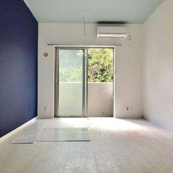 入って正面、床も白くて全体的に明るく見える◎※写真は物件改装工事中のものです