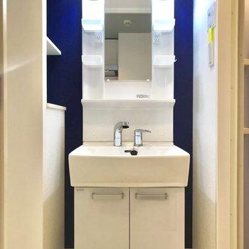 洗面台の壁は青。白が際立ちますね※写真は物件改装工事中のものです