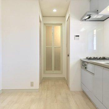 もいちどLDKから、キッチン奥へ。突き当たりにある扉が※写真は前回募集時のものです