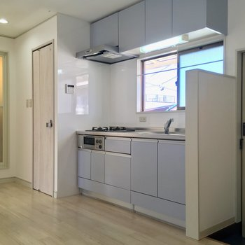 【LDK】キッチンも、ほんのりブルー。窓が大きく明る〜い!※写真は前回募集時のものです