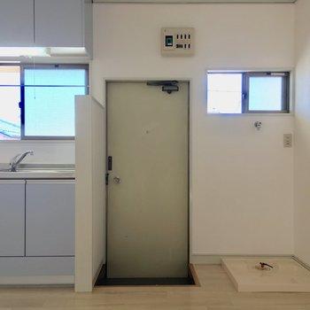 玄関はキッチンお隣に。洗濯機置場もコチラです!※写真は前回募集時のものです