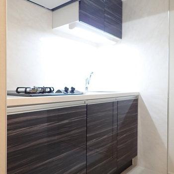 キッチンは収納もしっかりあって、機能的ですね。※写真は9階の同間取り別部屋のものです