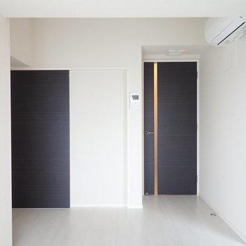 扉はブラック、メリハリがありますね。※写真は9階の同間取り別部屋のものです