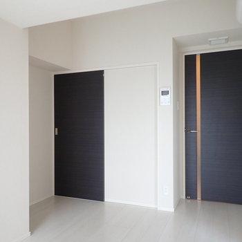 奥にスライドドア。気になります。※写真は9階の同間取り別部屋のものです