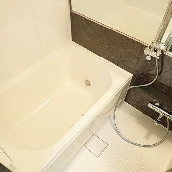追い焚き付きの浴槽なので、バスタイムもゆっくり楽しめます。※写真は9階の同間取り別部屋のものです