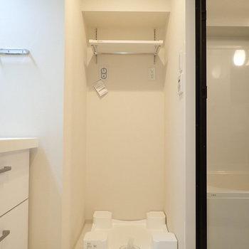 洗濯パンの上には便利な収納。※写真は9階の同間取り別部屋のものです