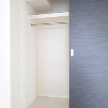開いてみると、コンパクトな収納。※写真は9階の同間取り別部屋のものです
